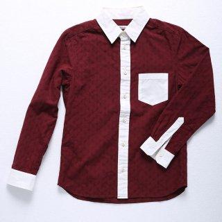 秋の雰囲気を感じさせるバーガンディの生地に、ペイズリー柄をあしらったクレリックシャツです。色味があまり強くない細身のパンツがよく合います。ストールとも相性抜群。