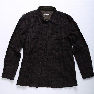 柔らかいブラウン生地のチェックシャツです。シャツジャケット風なので、キレイめな細身のパンツが良く合います。メンズXSのこだわったサイズ感とデザインは、1枚で着ても、インナーやアウターにしてもOK。