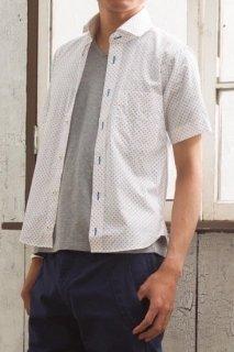 2色づかいのドット柄がさわやかな印象のメンズXS半袖シャツ。カジュアルな中にも上品さを感じさせるホリゾンタルカラー。