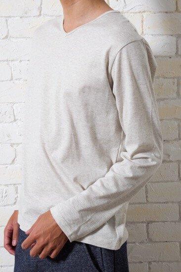 細身で小柄な方に合わせて襟元の肌の露出を押さえ、メンズXSだからこそシルエットを重視したVネックカットソーです。グレードの高い生地で耐久性も抜群!色はオートミールで長く使える一枚です。