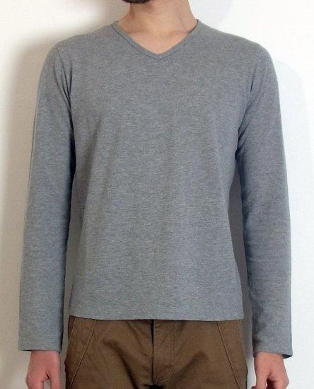 生地は綿100%のカノコ素材(ポロシャツに使われる生地です)通気性抜群で、春〜秋の暑い時期に大活躍します。メンズXSのサイズ感に生地感は、インナーとして使っていただくとその良さが最大限に活かせるの一枚。