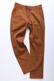 明るめのブラウンがキレイな、キャンバス生地のパンツです。ワークテイストでありながら、メンズXSの細身でシュッとしたシルエットがレトロピクス流。ブラウン系の靴で脚長効果も有。
