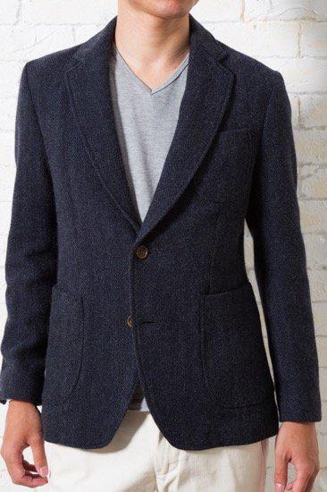 メンズXSに秋冬らしい、ツイード生地のジャケットです。少し厚みがあり、生地感も楽しめる1枚。カジュアルよりに着ても良し、キレイめに着ても良しの万能なジャケット設計になっています。