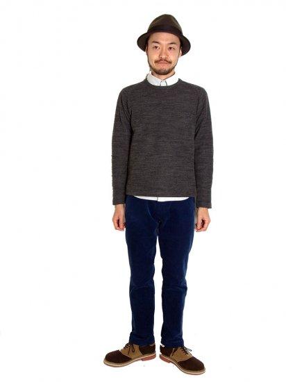 セーターのような生地感が特徴っ的なスウェットです。セーターよりも見た目のボリュームが無いため真冬でなくとも映える一品です。キレイめカジュアルの方におすすめ!