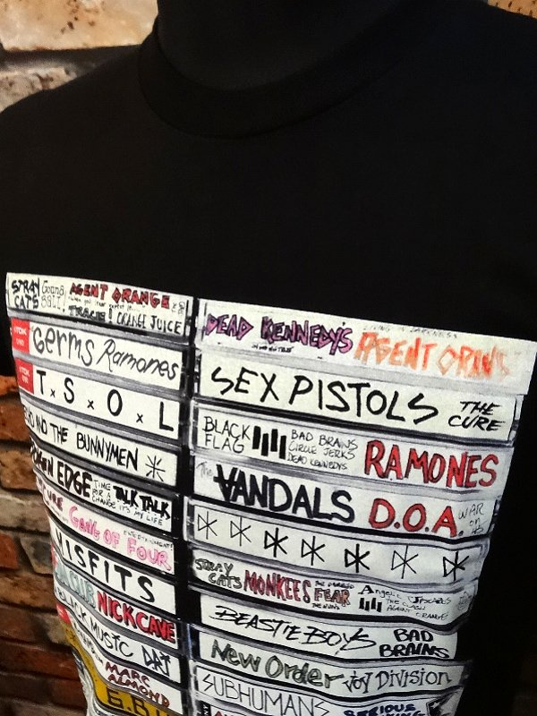 FAMOUS STARS AND STRAPS  Tシャツ (Punk Stacks)  カラー:ブラック