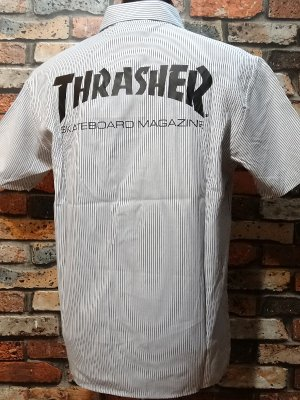 <img class='new_mark_img1' src='https://img.shop-pro.jp/img/new/icons24.gif' style='border:none;display:inline;margin:0px;padding:0px;width:auto;' />THRASHER スラッシャー 半袖ストライプ ワークシャツ  (MAG) work shirt  カラー:ホワイトxブラック