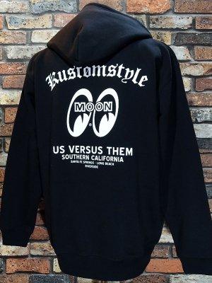 KUSTOMSTYLExMOONEYESxUSVERSUSTHEM コラボレーション プルオーバー スウェットパーカー (KSMEUVT-002)pullover hoodie カラー:ブラック