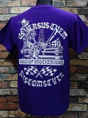 KUSTOMSTYLE×USVERSUSTHEM コラボレーション Tシャツ(KSUVT-005TPU) bond of brotherhood II tee カラー:パープル