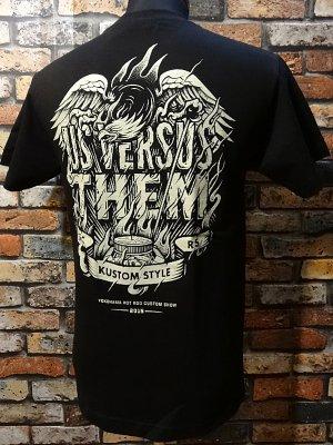 kustomstyle カスタムスタイルxUS VERSUS THEM アスバーサスゼム  コラボTシャツ   カラー:ブラック
