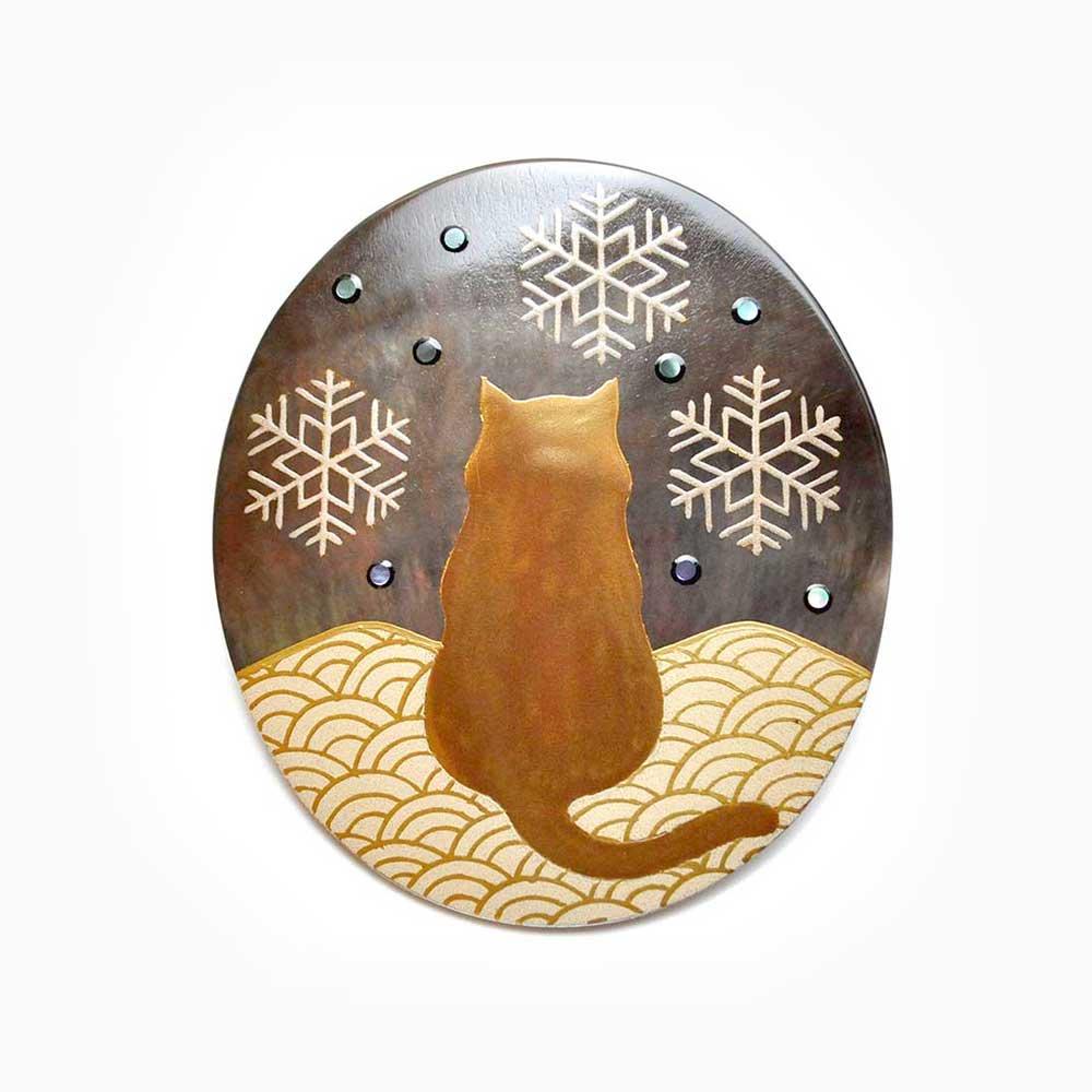猫と雪蒔絵 黒蝶貝ブローチ