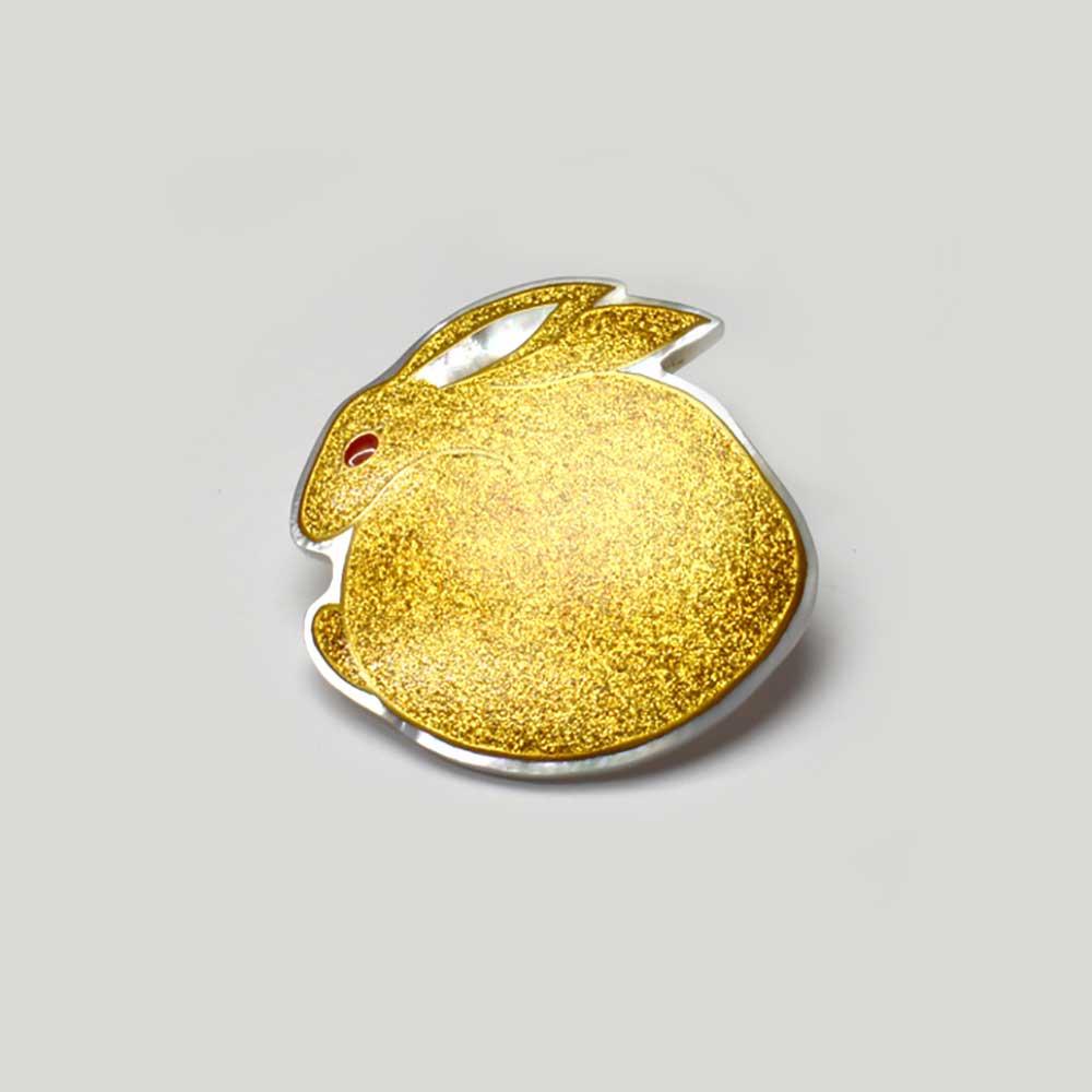 【予約品】 金うさぎ蒔絵 白蝶貝ブローチ