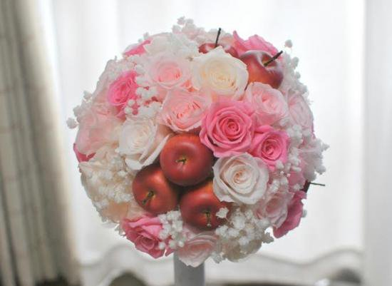 プリザーブドフラワー|白×ピンクバラと赤りんご ラウンドブーケ