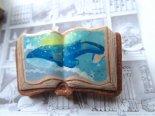 絵本みたいな原画ブローチ《朝の空とクジラ》*マキバドリ