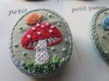 刺繍のきのこブローチ*オーバル*petit panier