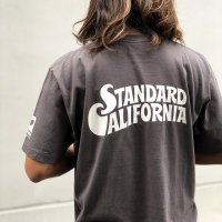 <img class='new_mark_img1' src='https://img.shop-pro.jp/img/new/icons14.gif' style='border:none;display:inline;margin:0px;padding:0px;width:auto;' />【STANDARD CALIFORNIA】SURFRIDER FOUNDATION × STANDARD CALIFORNIA LOGO T BLACK Tシャツ スタンダードカリフォルニア