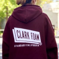 <img class='new_mark_img1' src='https://img.shop-pro.jp/img/new/icons24.gif' style='border:none;display:inline;margin:0px;padding:0px;width:auto;' />【STANDARD CALIFORNIA】CLARK FOAM × SD PULLOVER HOOD SWEAT BURGUNDY パーカー クラークフォーム スタンダードカリフォルニア