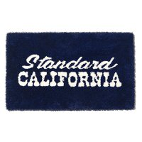 <img class='new_mark_img1' src='https://img.shop-pro.jp/img/new/icons50.gif' style='border:none;display:inline;margin:0px;padding:0px;width:auto;' />【STANDARD CALIFORNIA】SD LOGO RUG NAVY ラグマット スタンダードカリフォルニア