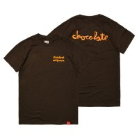 <img class='new_mark_img1' src='https://img.shop-pro.jp/img/new/icons14.gif' style='border:none;display:inline;margin:0px;padding:0px;width:auto;' />【STANDARD CALIFORNIA】CHOCOLATE SKATEBOARDS × SD CHUNK LOGO T BROWN Tシャツ スタンダードカリフォルニア