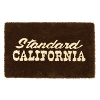 <img class='new_mark_img1' src='https://img.shop-pro.jp/img/new/icons14.gif' style='border:none;display:inline;margin:0px;padding:0px;width:auto;' />【STANDARD CALIFORNIA】SD LOGO RUG BROWN ラグマット スタンダードカリフォルニア