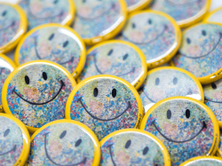 SMILE 2021 缶バッチ<img class='new_mark_img2' src='https://img.shop-pro.jp/img/new/icons5.gif' style='border:none;display:inline;margin:0px;padding:0px;width:auto;' />
