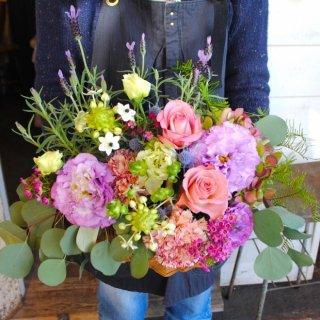 両手いっぱいのお花と感謝の気持ちを込めたアレンジメント(結婚祝いに)