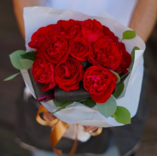 誕生日にダズンローズブーケ(赤バラ12本の花束)