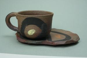 焼締めコーヒー碗皿クロ色丸模様