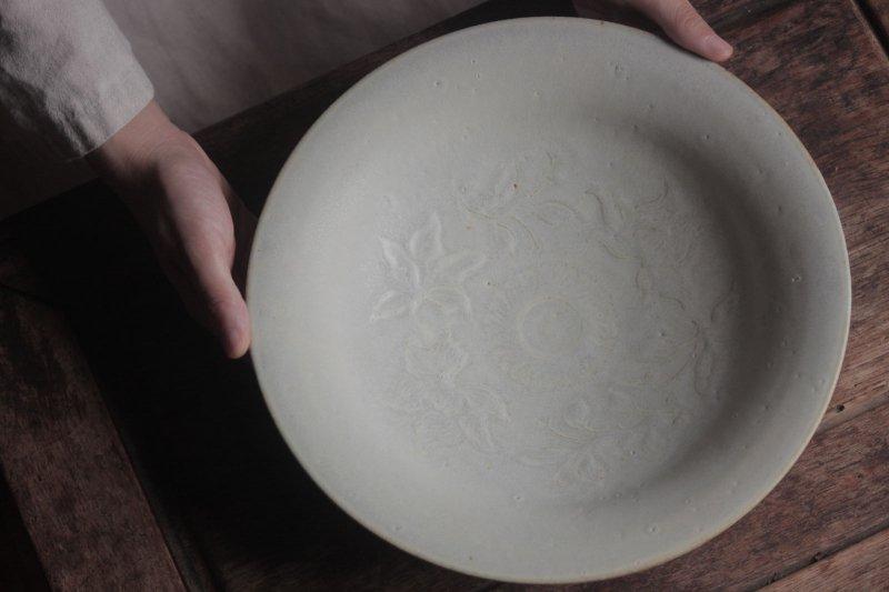 生形由香 白釉刻花紋皿