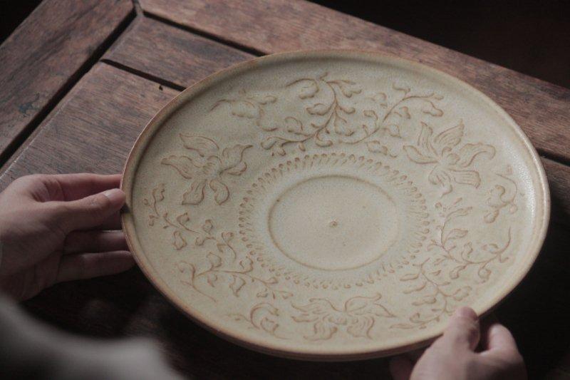 生形由香 白釉刻花紋9寸皿