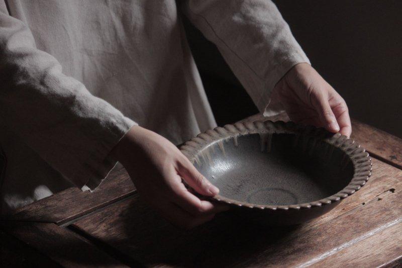 生形由香 緑褐釉輪花鉢-03