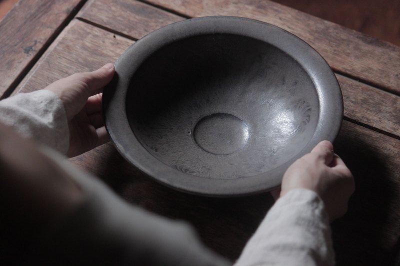 生形由香 緑褐釉刻紋鉢-01