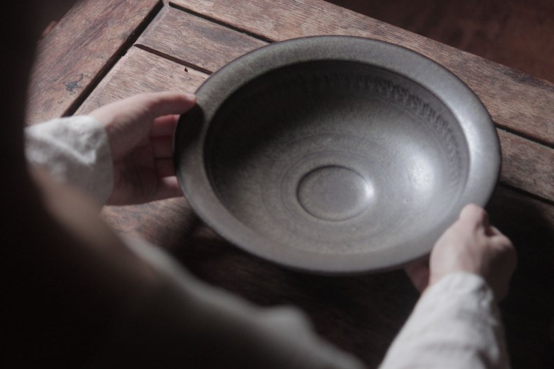 生形由香 緑褐釉刻紋鉢-02