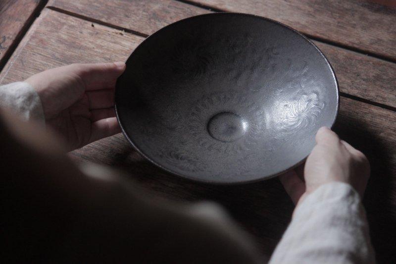 生形由香 緑褐釉菊唐草紋鉢