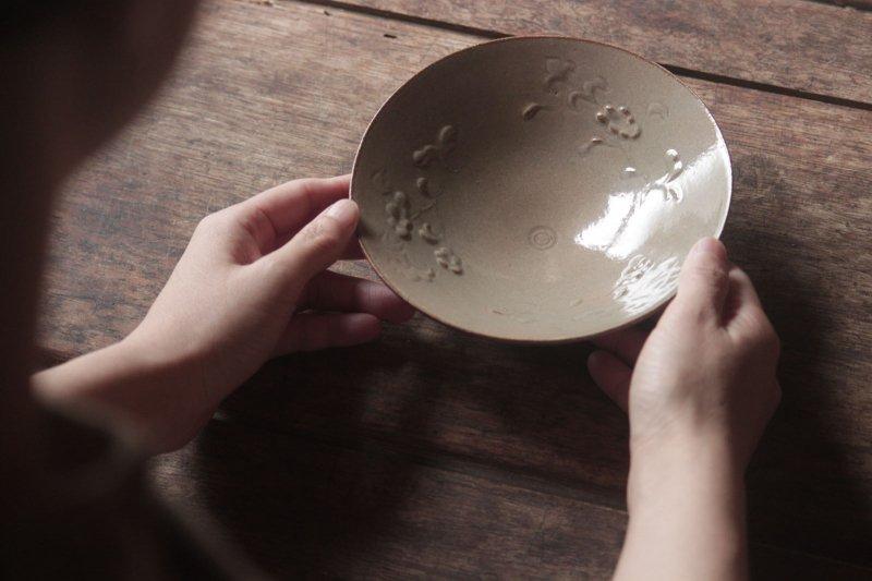生形由香 灰釉刻花紋5寸鉢-A