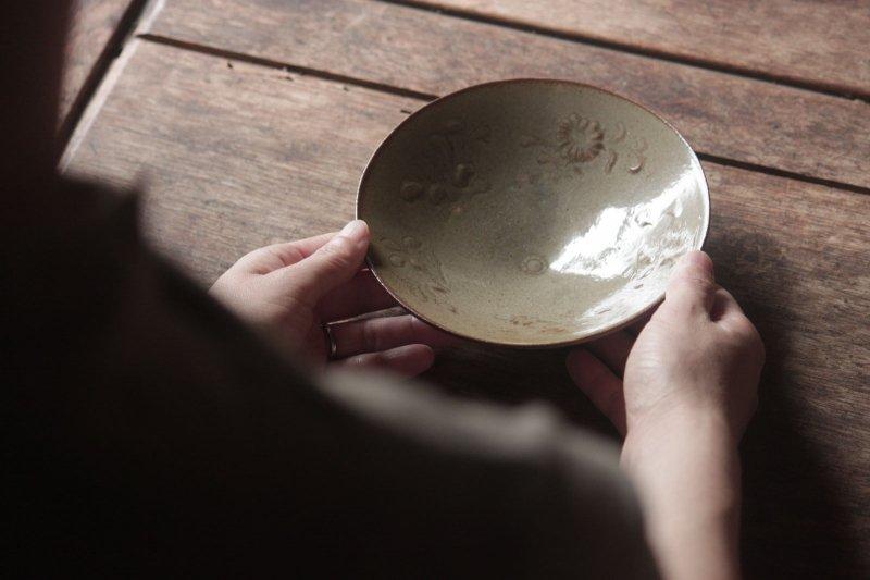 生形由香 灰釉刻花紋5寸鉢-C