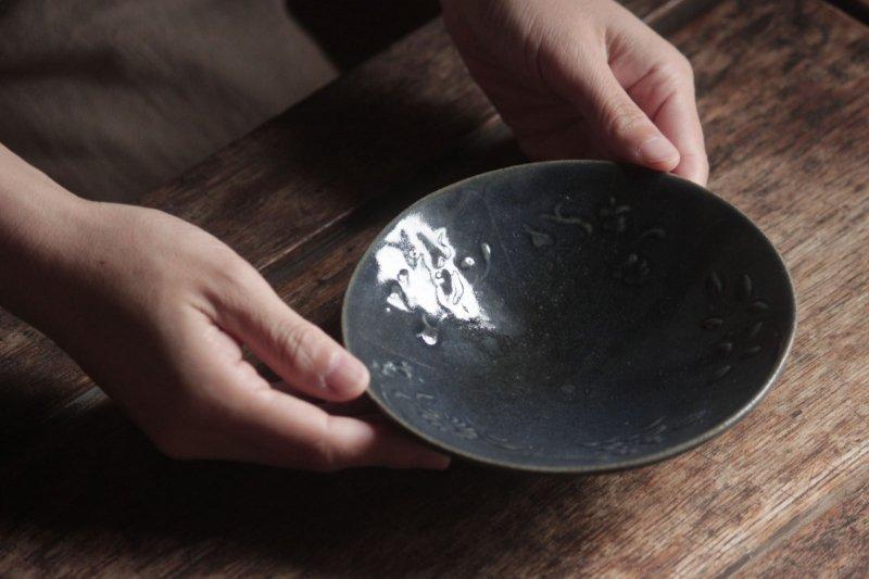 生形由香 瑠璃釉刻花紋5寸鉢-01