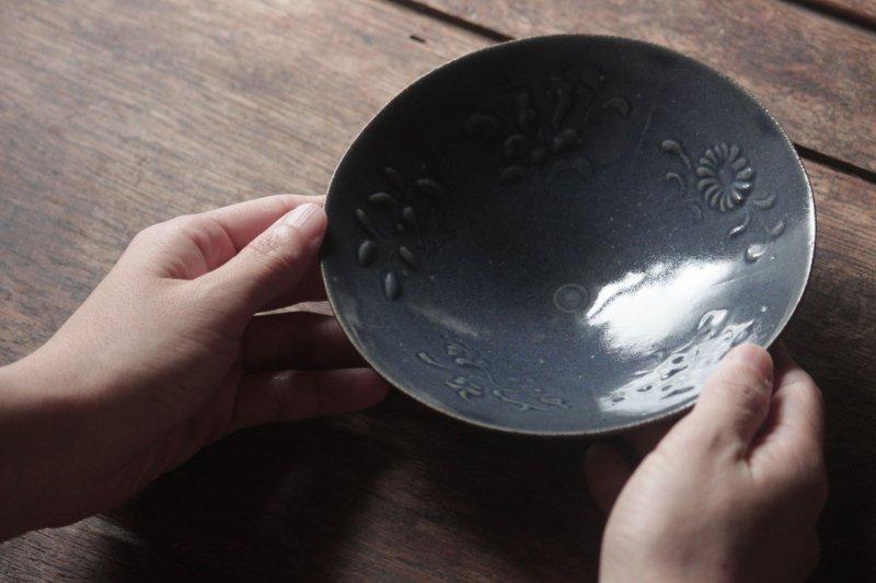 生形由香 瑠璃釉刻花紋5寸鉢-02