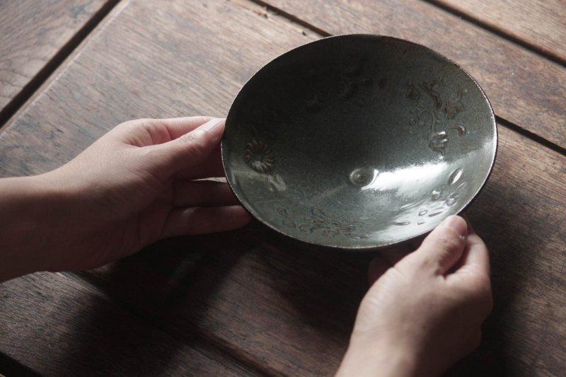 生形由香 瑠璃釉刻花紋5寸鉢-03