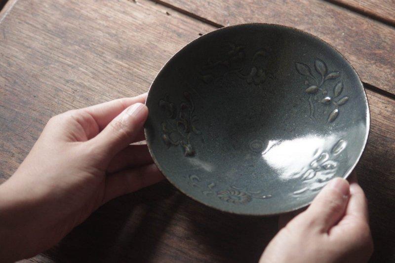 生形由香 瑠璃釉刻花紋5寸鉢-04