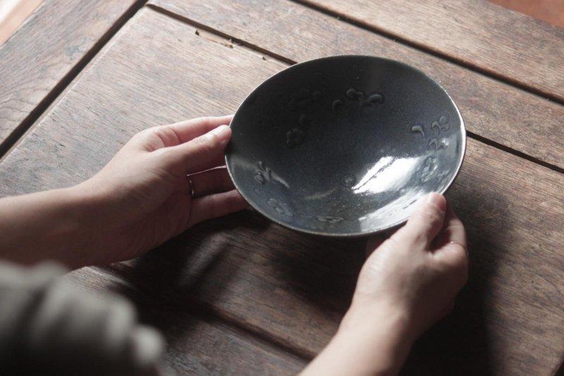 生形由香 瑠璃釉刻花紋5寸鉢-06