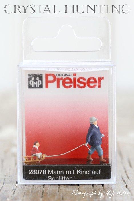 【ミニチュア人形:子供の乗ったそりを引く男性】Preiser(プライザー)社製 No.28078(1/87)