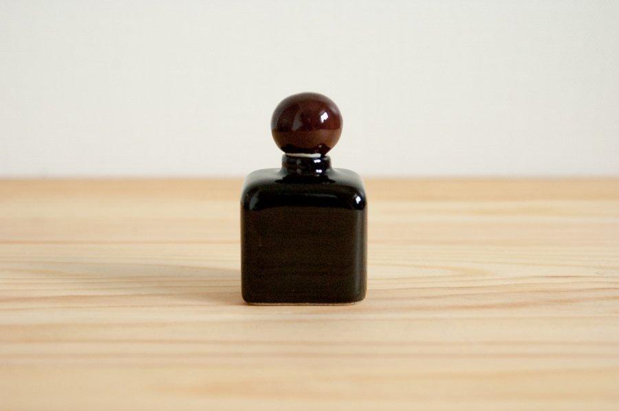 黒色の小さな瓶�