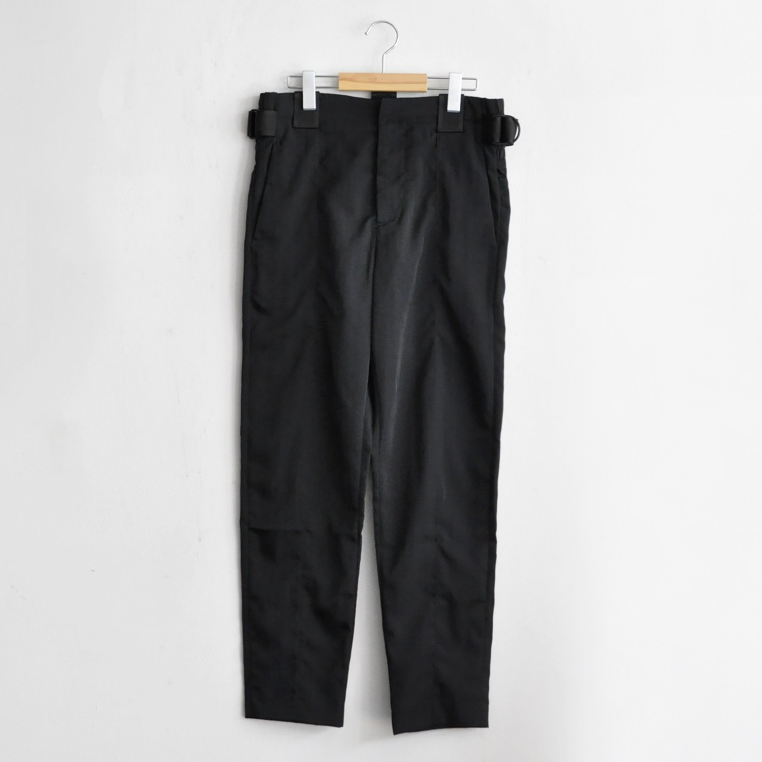 TAPERED TROUSERS NYLON TWILL W BELT DETAIL [CARBON BLACK]
