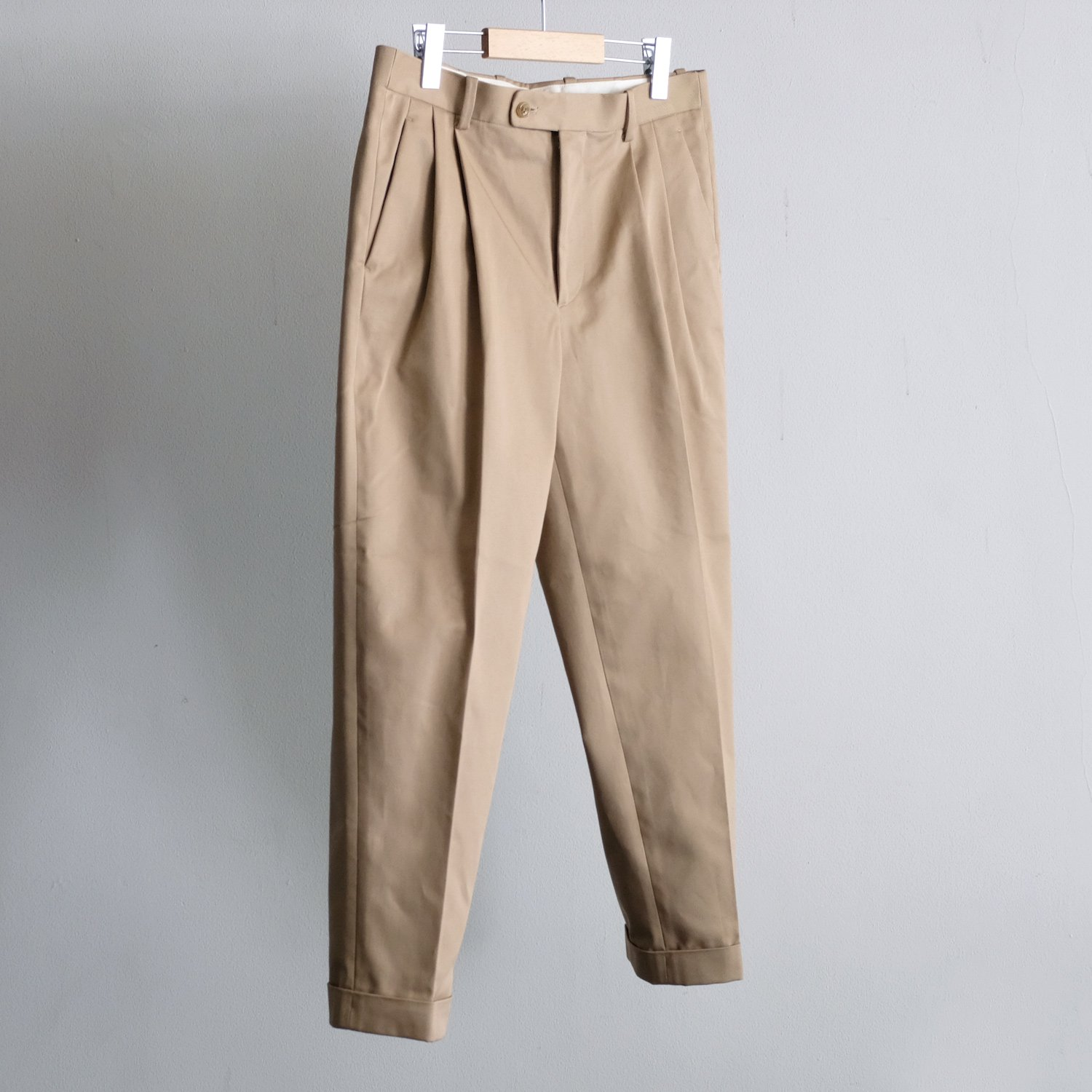 CHINO 2TUCK TAPERED TROUSERS [BEIGE]