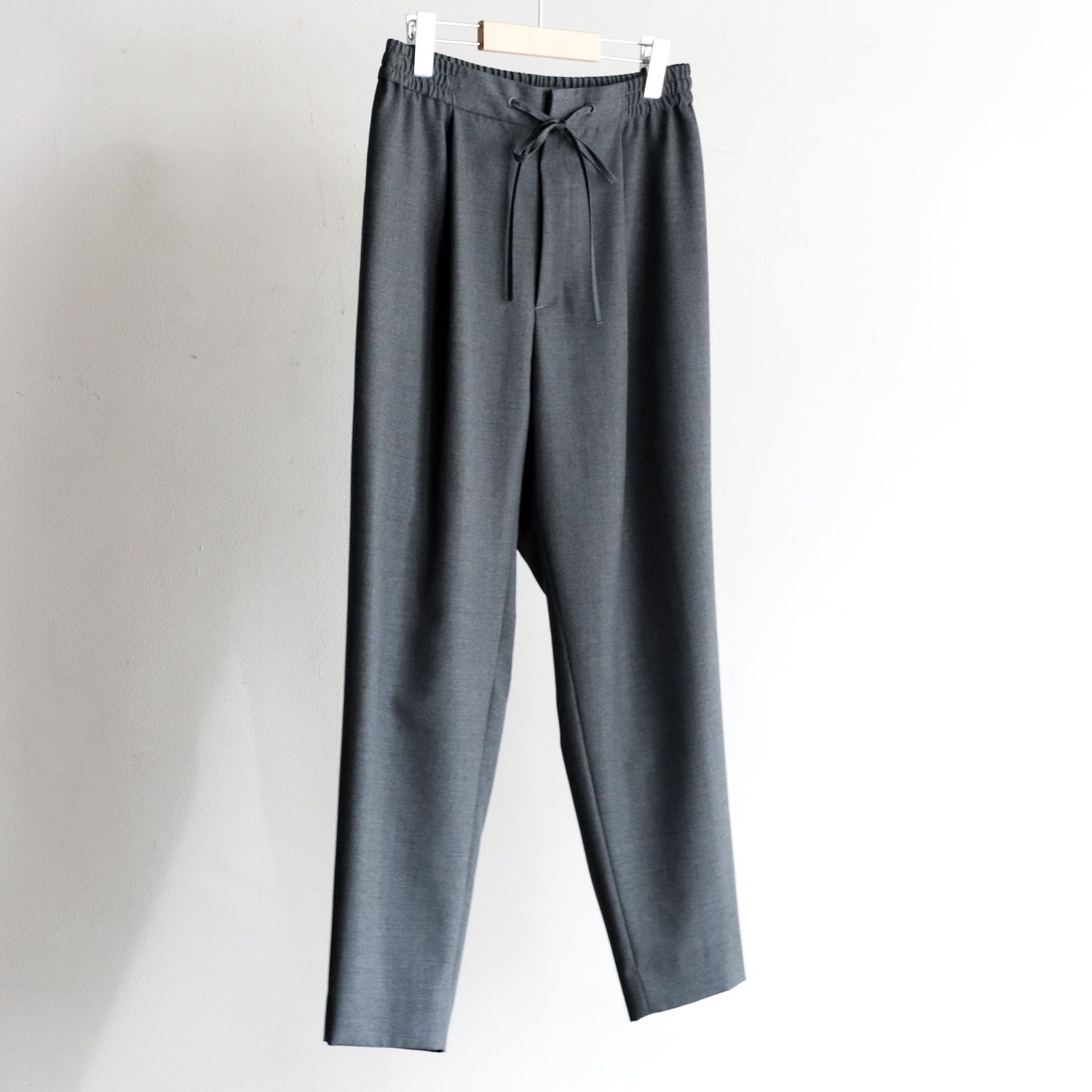 WOOL TROPICAL EASY TAPERED PANTS [CHARCOAL GRAY]