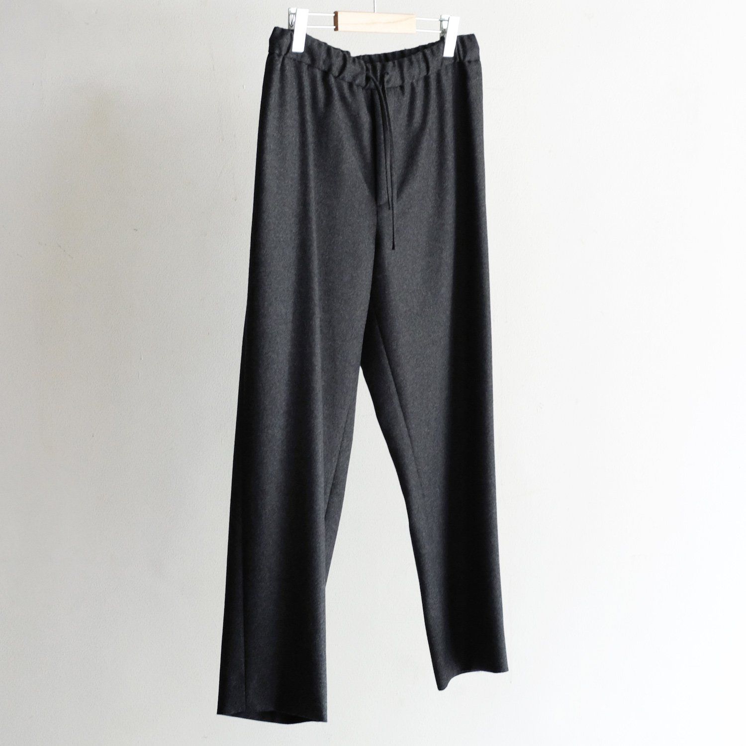 WOOL FLANNEL EASY TAPERED PANTS [CHARCOAL GRAY]