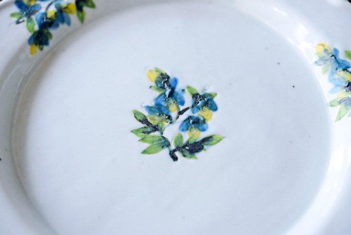 松本郁美|白磁掻き落とし 6.5寸リム装飾皿(オンシジューム)-02