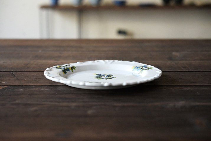 松本郁美|白磁掻き落とし 6.5寸リム装飾皿(オンシジューム)-03