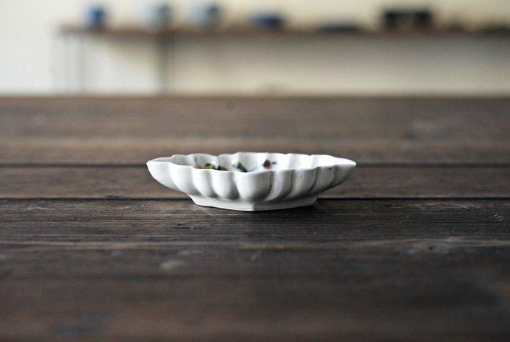 松本郁美|白磁掻き落とし 輪花豆皿(茶花)-03