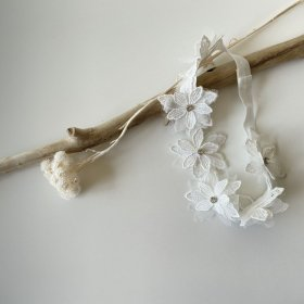 <img class='new_mark_img1' src='https://img.shop-pro.jp/img/new/icons53.gif' style='border:none;display:inline;margin:0px;padding:0px;width:auto;' />White Flower baby hair-band linestone